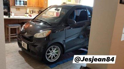 Чоловік припаркував Smart на кухні - фото 1