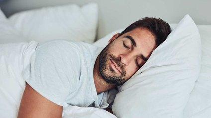 Медики не рекомендують спати на животі - фото 1
