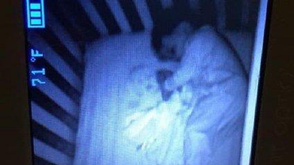 Дитина-примара: американку шокувала дивна знахідка в ліжечку сина (моторошне фото) - фото 1