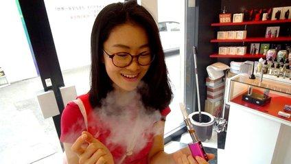 Японкам забороняють на роботі носити окуляри - фото 1