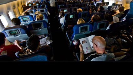 Чоловік зайнявся спортом на борту літака: курйозне відео - фото 1