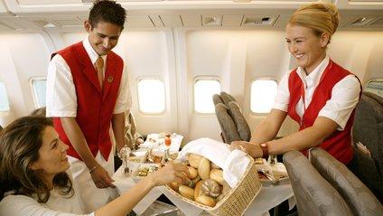 Мережа обговорює дивний перекус жінки в літаку: відео - фото 1