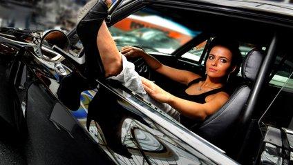 Дівчина, яка танцювала за кермом автомобіля, стала зіркою мережі: веселе відео - фото 1