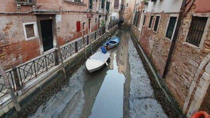У Венеції аномально впав рівень води в каналах: вражаючі фото - фото 1