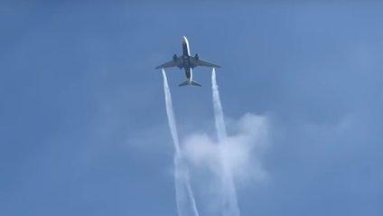 У США пасажирський літак скинув паливо над містом: відеофакт - фото 1