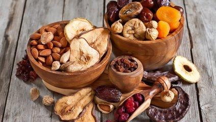 Медики рекомендують солодощі заміняти сухофруктами - фото 1