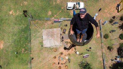 У ПАР чоловік живе в бочці заради рекорду: епічні фото - фото 1