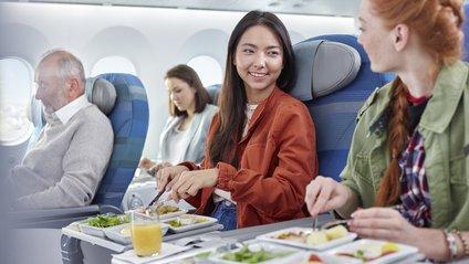 Стюардеса назвала продукти, від яких краще відмовитися в літаку - фото 1