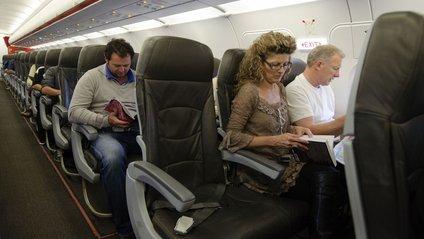 У мережі з'явилося відео жінки в хіджабі, яка курила в літаку і погрожувала людям - фото 1