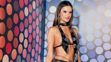 Супермодель Алессандра Амбросіо знялась у відвертому бікіні: гарячі фото - фото 1