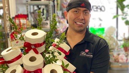 У США флорист робить букети з туалетного паперу: фото - фото 1