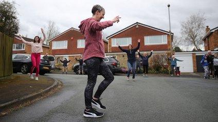 Сусіди танцюють на безпечній відстані - фото 1