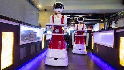 Роботи-офіціанти у Royal Palace - фото 1