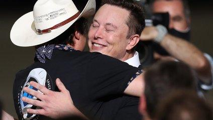 Щасливий Ілон Маск не лише мрію здійснив, а й грошей заробив - фото 1