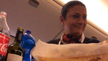 Стюардеса кумедно потролила пасажира і стала зіркою мережі: відео - фото 1