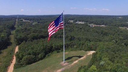 Найбільший прапор США розірвала блискавка: фотофакт - фото 1