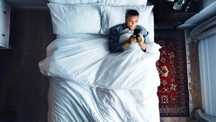 Науковці закликають відкладати гаджети перед сном - фото 1