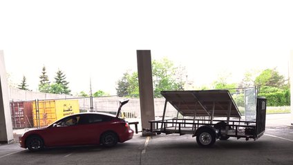 Блогер показав на відео, як зарядити Tesla під час руху - фото 1