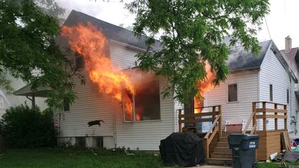 Фото палаючого будинку відразу ж стало мемом - фото 1