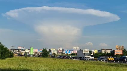 У небі над Києвом помітили хмару в формі атомного гриба - фото 1