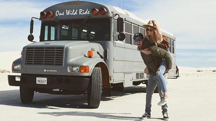 Пара із США перетворила старий шкільний автобус на атмосферний дім на колесах - фото 1