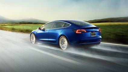 Автопілот Tesla Model 3 уникнув зіткнення на шосе - фото 1