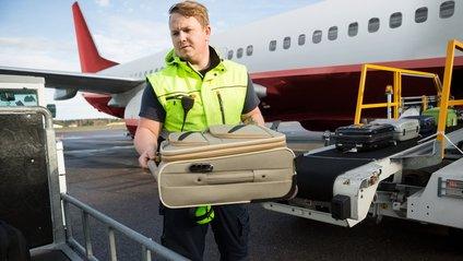 Вантажник аеропорту назвав непотрібну деталь у кожній валізі - фото 1