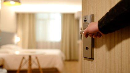 Гість готелю шокував своєю поведінкою - фото 1
