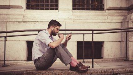 Психологи пояснили чоловічу звичку розкидати шкарпетки - фото 1