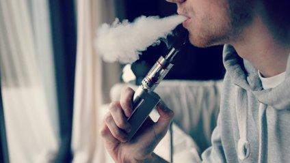 Хлопець хотів кинути курити за допомогою вейпінгу - фото 1