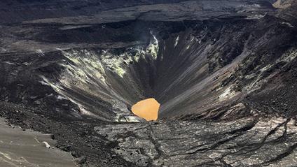 Озеро у кратері вулкана Кілауеа - фото 1