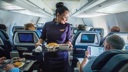 Стюардеса закрила ногами відсіки для ручної поклажі і стала зіркою мережі: відео - фото 1