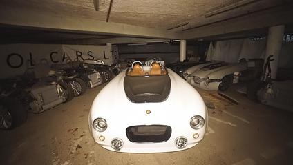 На покинутому заводі знайшли ангар з унікальними та розкішними авто: фотофакт - фото 1