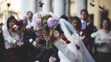 Хлопець з квітами став зіркою весілля - фото 1