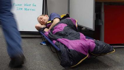 З'явилася вакансія, де треба спати на роботі дев'ять годин на день - фото 1