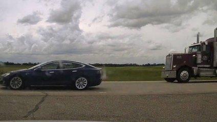 Водій Tesla відкинув спинку водія та їхав на шаленій швидкості - фото 1