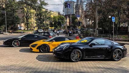 У Києві потрапила на фото парковка з суперкарами на мільйон доларів - фото 1