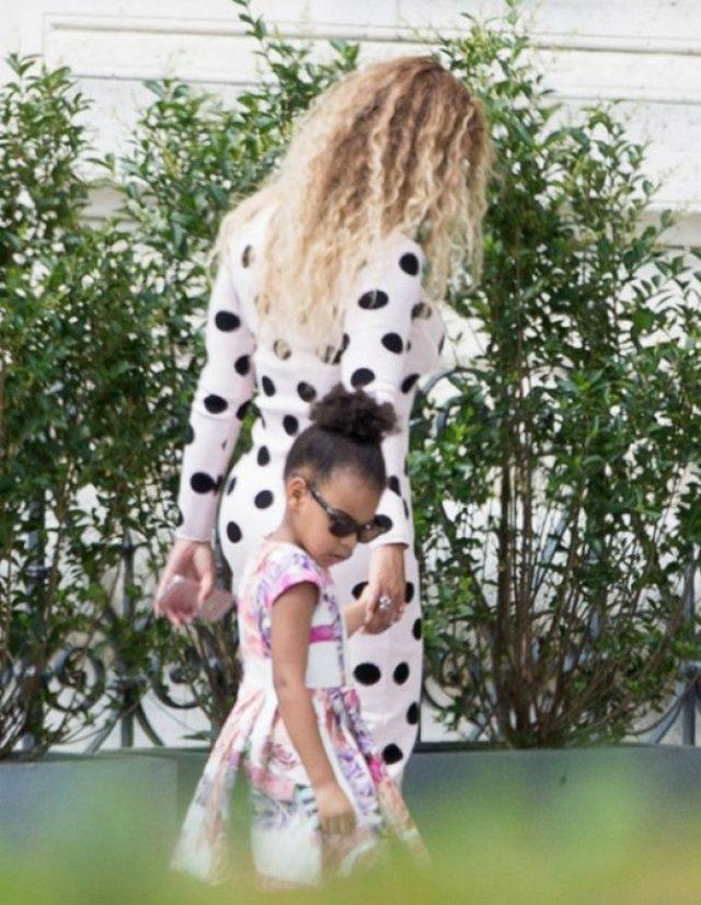 Бейонс гуляла зі своєю донькою - фото 97075