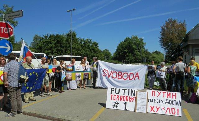 Протестувальники закликали Путіна припинити агресію в Україні - фото 97252