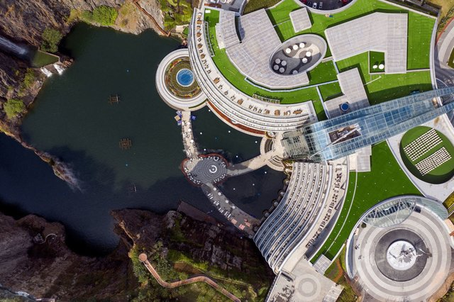 Готель у закинутому кар'єрі в Китаї: ефектні фото - фото 290648