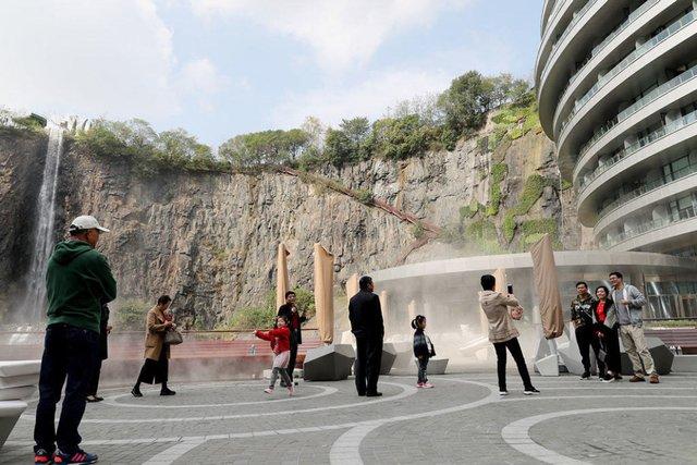 Готель у закинутому кар'єрі в Китаї: ефектні фото - фото 290649