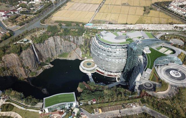 Готель у закинутому кар'єрі в Китаї: ефектні фото - фото 290651
