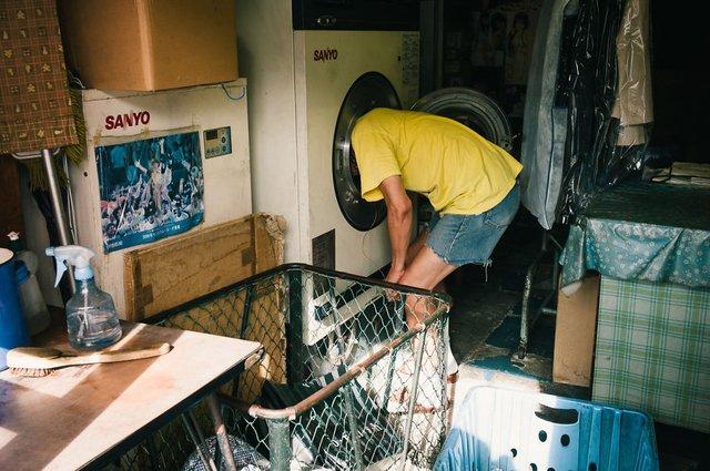 Незвичайні моменти щоденного життя в Японії: яскраві фото - фото 292829