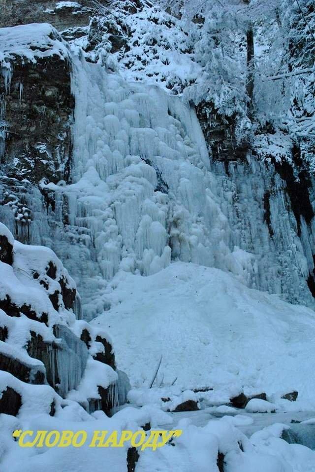 У Карпатах повністю замерз водоспад: казкові фото - фото 293285