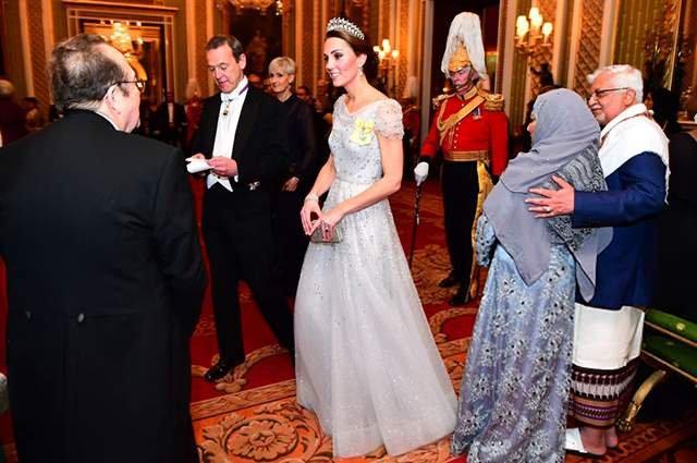 Кейт Міддлтон з'явилася на публіці у тіарі принцеси Діани - фото 293503