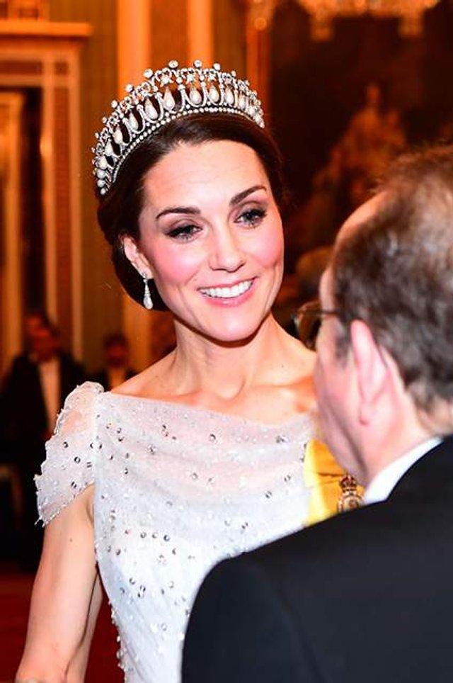 Кейт Міддлтон з'явилася на публіці у тіарі принцеси Діани - фото 293507