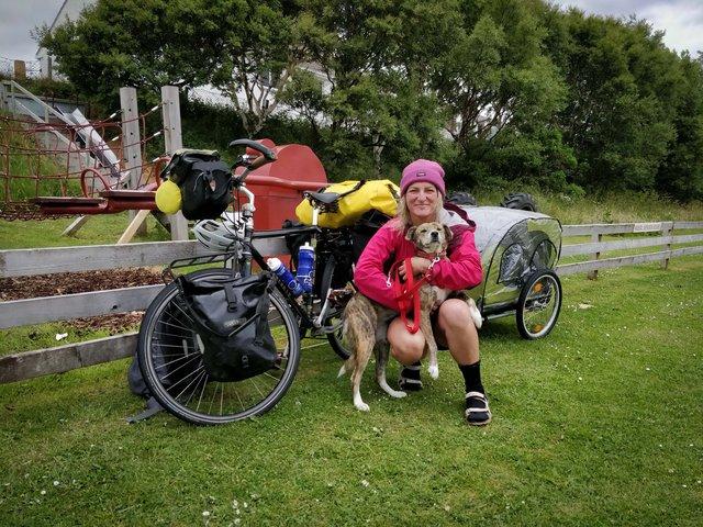 Ця британка мандрує світом на велосипеді, щоб рятувати собак - фото 293848