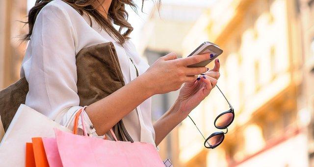 Зараз складно уявити жінку без смартфона - фото 294264