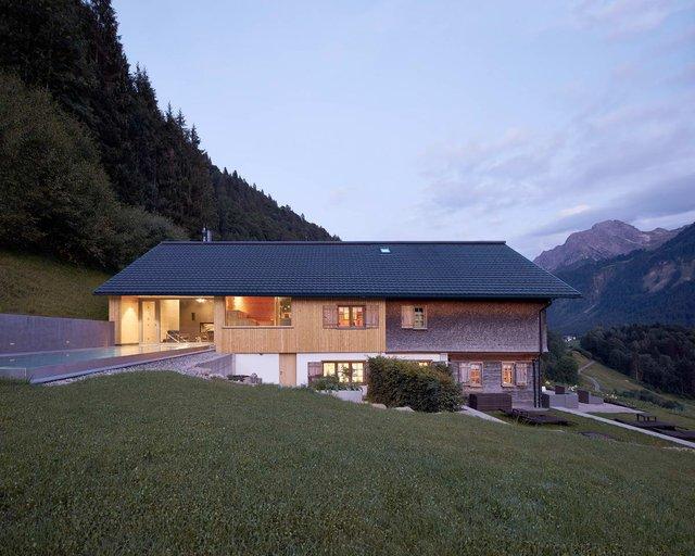 Архітектори створили дім для відпочинку біля Альп: яскраві фото - фото 294532