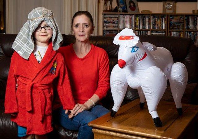 З секс-шопу: турботлива матуся купила своєму синочку надувну вівцю - фото 295775